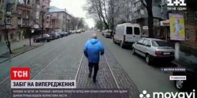 Забег на опережение: в Николаеве мужчина не успел на трамвай и решил его обогнать