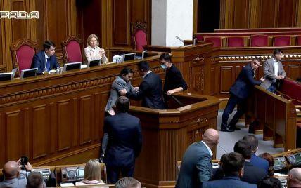 Тищенко снова отличился в Раде: выбежал к трибуне и напал на Лероса