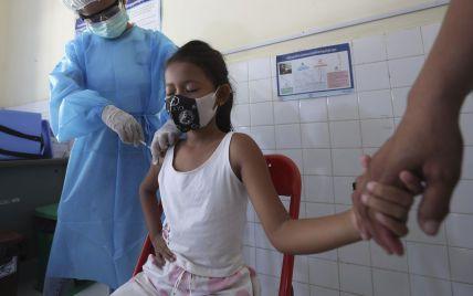 В Камбодже начали вакцинировать от COVID детей, чтобы они сели за школьные парты