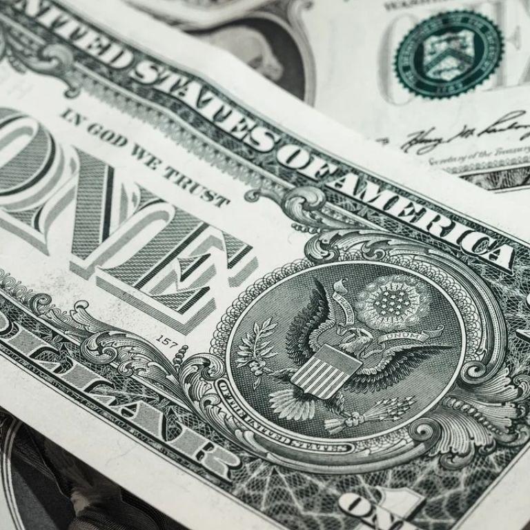 Долар показав рекордне зростання з часів пандемії: євро та британський фунт подешевшали