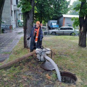 В Киеве река Лыбедь вышла из коллектора и затопила улицы