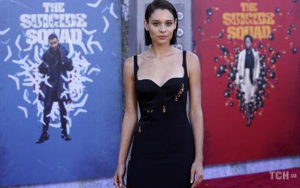 """Вона красуня: зірка фільму """"Загін самогубців"""" підкреслила струнку фігуру сукнею від Versace"""