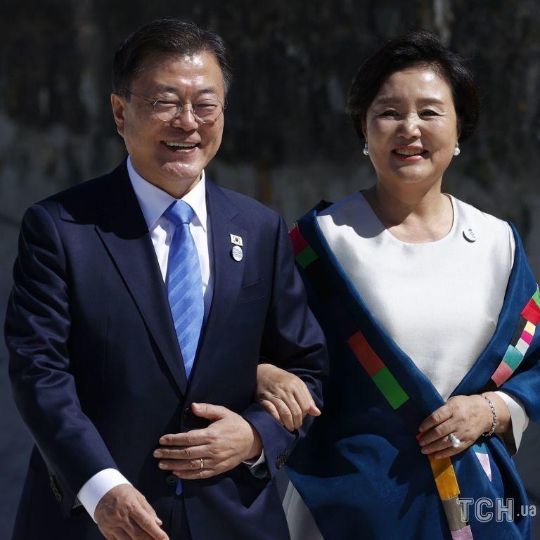 В жемчужном платье и с ярким аксессуаром: эффектный образ первой леди Южной Кореи