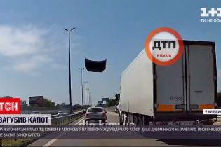 Новости Украины: на Житомирской трассе у легковушки, которая обгоняла несколько фур, отлетел капот