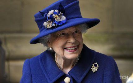 Рідко носить: королева Єлизавета II одягла на захід сапфірову брошку своєї бабусі