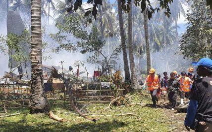 Падение военного самолета на Филиппинах: больше половины пассажиров смогли спастись