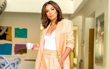 В брюках-палаццо и с сексуальным декольте: стильный лук Евы Лонгории