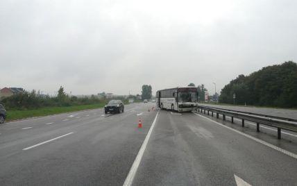 Біля Львова потрапив в аварію пасажирський автобус: відео