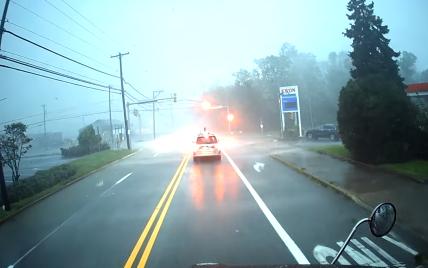 Сеть всколыхнуло видео, как в США во время торнадо перевернулся грузовик: видео