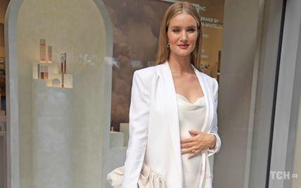 У білосніжному аутфіті: Розі Гантінгтон-Вайтлі презентувала свою косметичну лінію в Лондоні