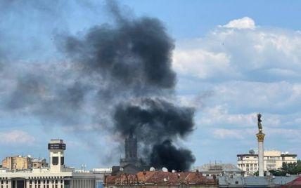 Центр Киева окутал черный, густой дым: на Крещатике вспыхнул масштабный пожар