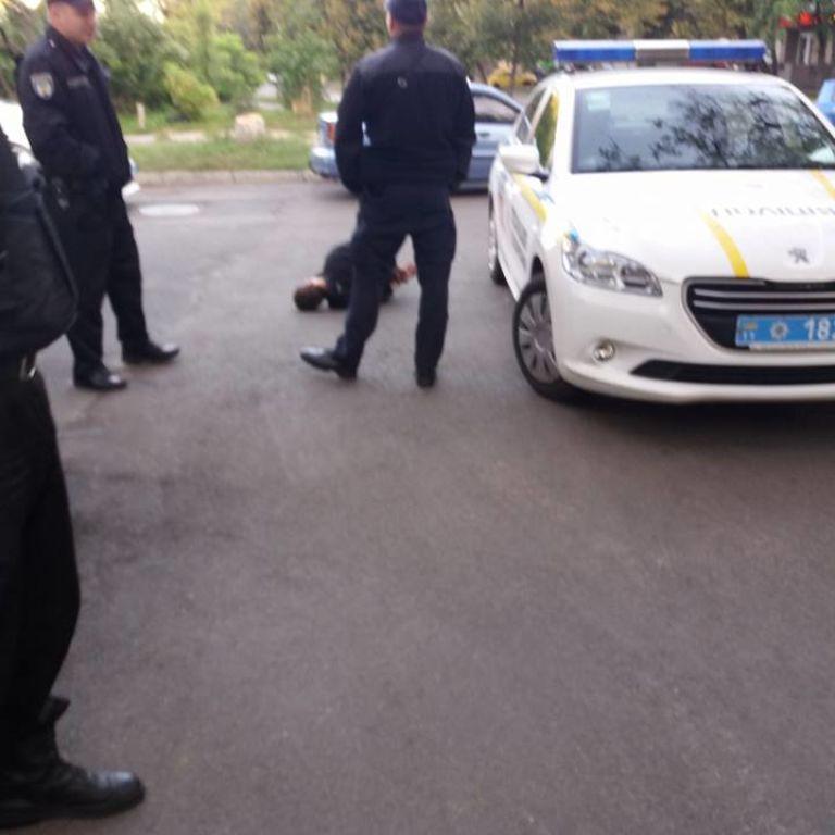 Поліція повідомила подробиці ножової атаки у медзакладі в Києві