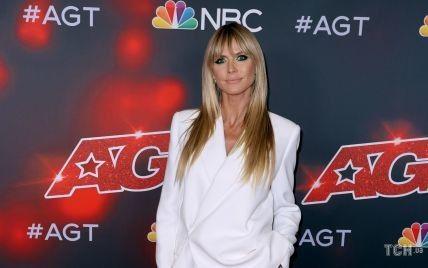 В белом костюме и с идеальным загаром: супермодель Хайди Клум позировала для фото