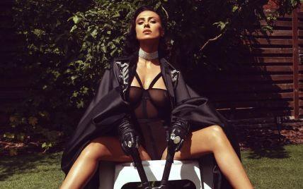 DJ NANA в образе секси-садовницы в мини и на каблуках соблазнительно позировала на лестнице