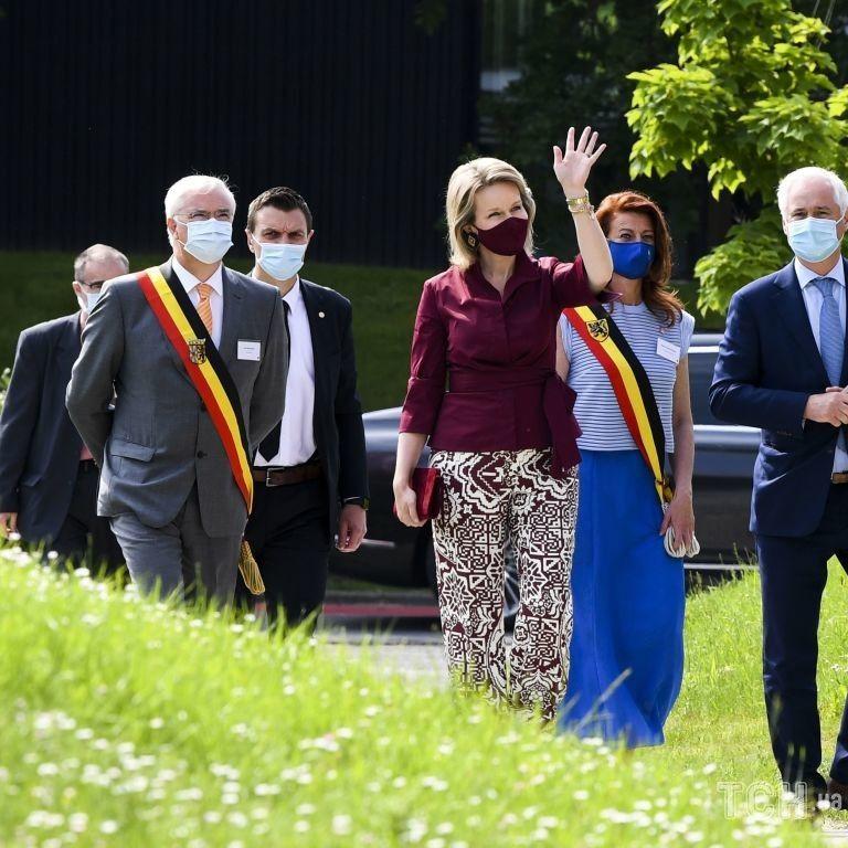 В ансамбле цвета марсала: королева Бельгии Матильда встретилась со студентами-медиками