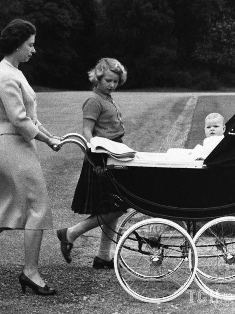 Королева Елизавета II с детьми - принцессой Анной и принцем Эндрю / © Associated Press