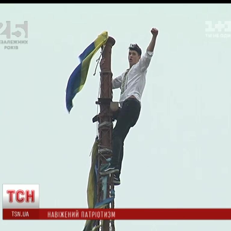 Руфери під носом в охоронців параду видерлися на найвищу будівлю Майдану