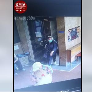 Несла деньги на операцию: в Киеве в Медгородке двое воровок похитили у женщины 20 тысяч гривен (видео)
