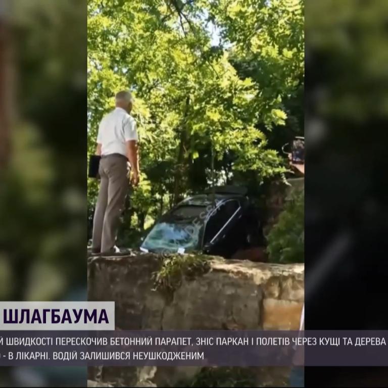 Одеський водій на швидкості зніс паркан і пролетів 20 метрів до низу схилом