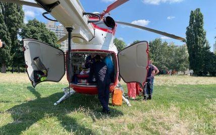 В Киев вертолетом доставили раненого в спину мальчика, которого на Житомирщине подстрелил полковник