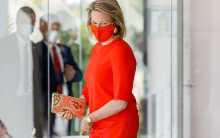 У червоному костюмі і масці до тону: стильний вихід королеви Матильди