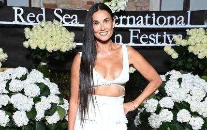 Что у нее с грудью: Деми Мур надела неудачное платье на вечеринку в Венеции