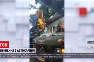 Новости Украины: в Одессе маршрутка с пассажирами не разминулась с автокраном