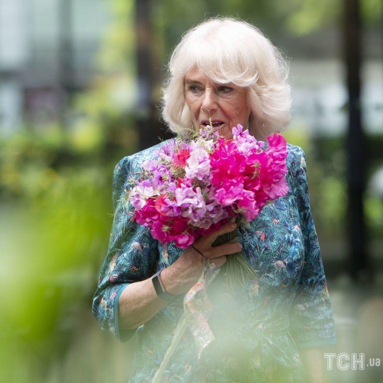 С красивым букетом и в платье с птицами: герцогиня Корнуольская открыла ежегодный фестиваль цветов