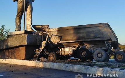 В Мариуполе грузовик влетел в монумент и загорелся: есть жертвы (фото)