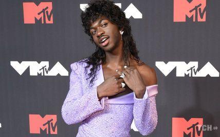 Премия MTV: американский рэпер в лавандовом смокинге с декольте продемонстрировал свою грудь