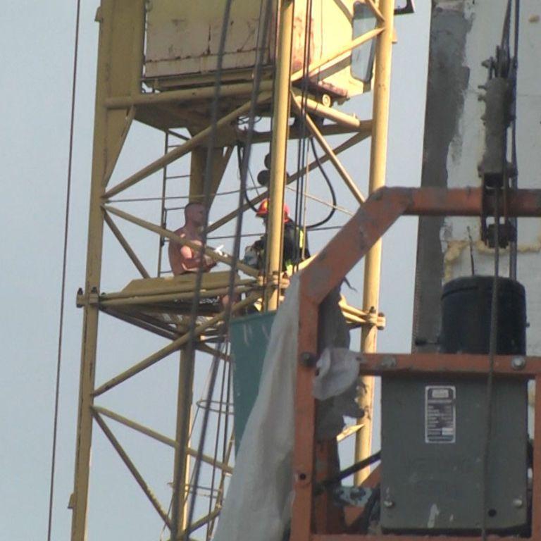 """Вылез на конструкцию и хотел прыгнуть: в Хмельницком 2 часа снимали """"человека-паука"""" со строительного крана (видео)"""