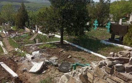На оккупированном Донбассе военная техника боевиков проехалась по местному кладбищу: разрушеныпамятники