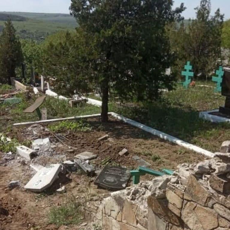 На окупованому Донбасі військова техніка бойовиків проїхалася по місцевому цвинтарі: зруйновані пам'ятники
