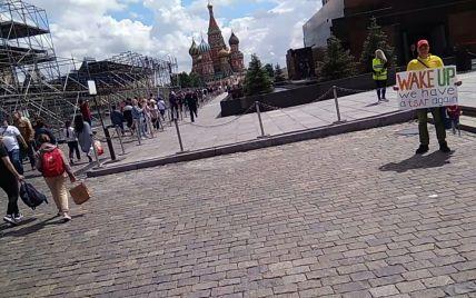 """""""Прокинься, у нас знову цар"""": у Москві біля мавзолею Леніна чоловік зміг простояти з плакатом всього 10 секунд"""
