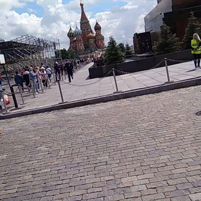 """""""Проснись, у нас снова царь"""": в Москве у мавзолея Ленина мужчина смог простоять с плакатом всего 10 секунд"""
