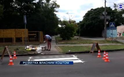 """Втомився чекати на дорожників: під Херсоном чоловік сам намалював """"зебру"""" біля школи (відео)"""