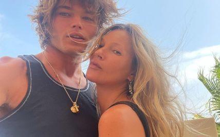 В компании 24-летнего красавца: Кейт Мосс позировала на Ибице