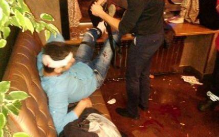 В результате стрельбы в центре Киева ранения в ноги получили парень и девушка