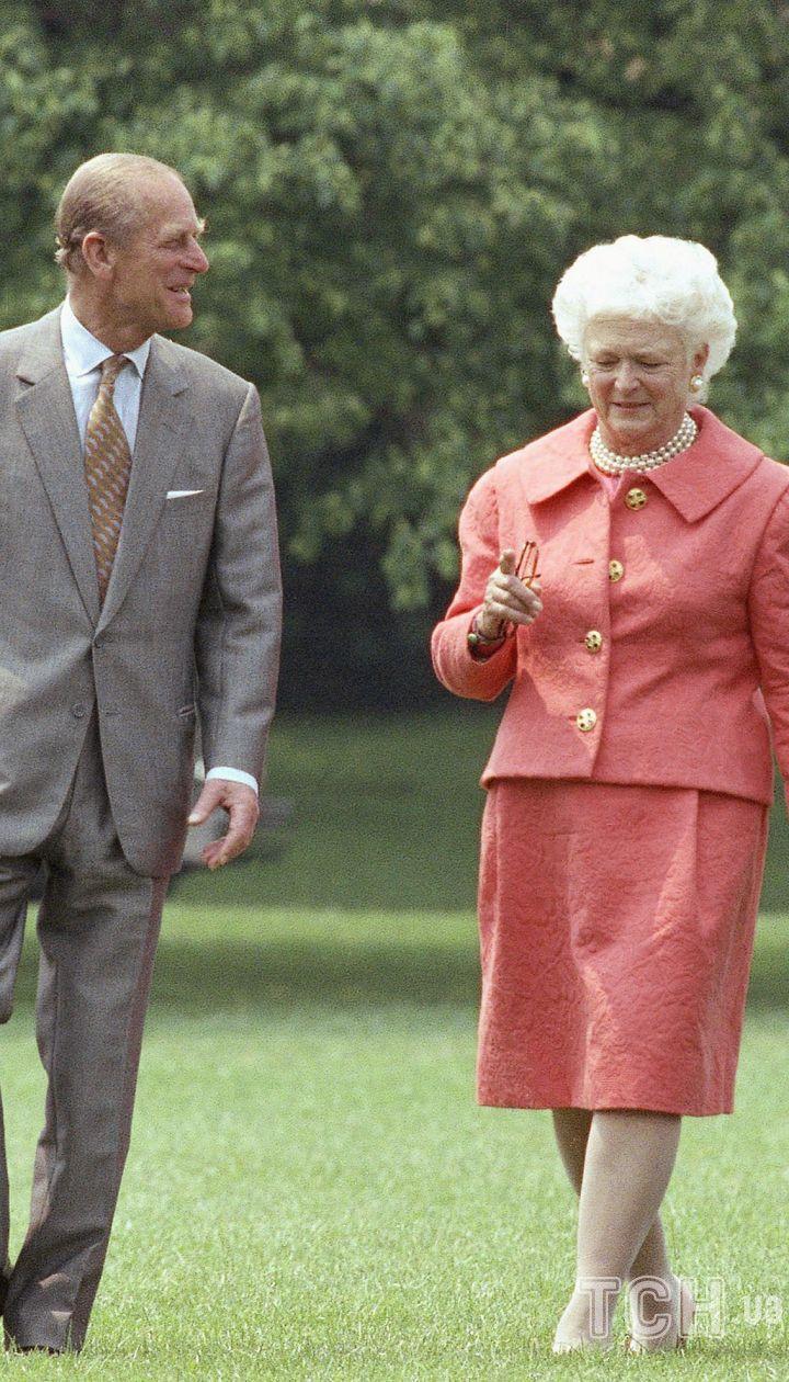 Президент Джордж Буш і місіс Барбара Буш супроводжують королеву Єлизавету II і її чоловіка принца Філіпа по південній галявині Білого дому. Буші влаштували приватний обід для королеви, яка прибула у вівторок, 14 травня 1991 року / © Associated Press