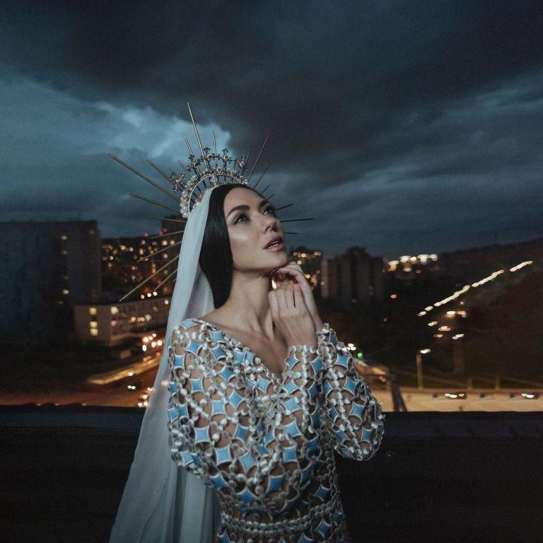 """После распада """"НЕАНГЕЛОВ"""" Вика Смеюха в образе княгини объявила о начале сольной карьеры"""