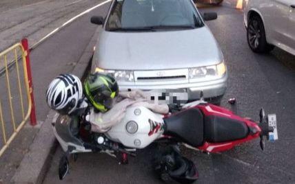 ДТП в Одессе: мотоциклиста от удара отбросило на встречную полосу