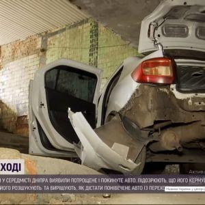 У Дніпрі потрощений після ДТП легковик сховали у підземному переході