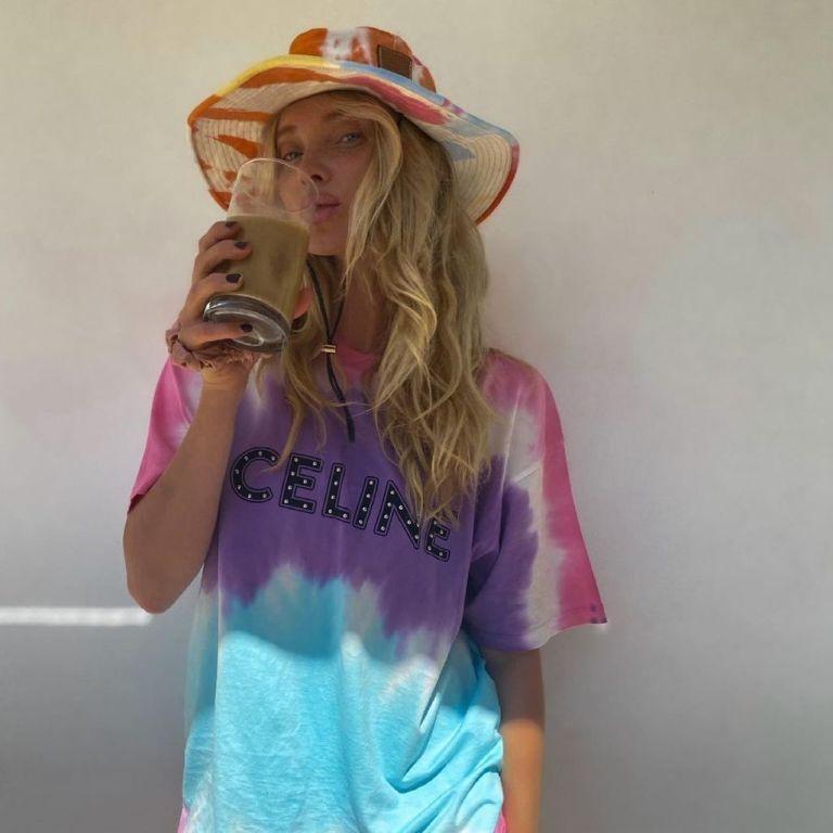 """Без штанов: """"ангел"""" Эльза Хоск позировала в футболке с модным принтом"""