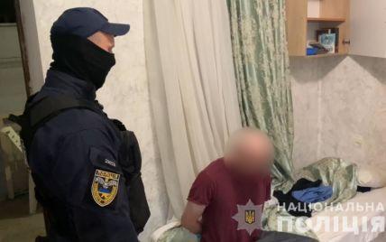 В Одессе мужчина с ножом набросился на прохожих: два человека попали в больницу