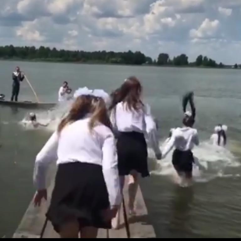 Прыгнули в воду в бантах: школьницы в Ровенской области оригинально отпраздновали завершение обучения