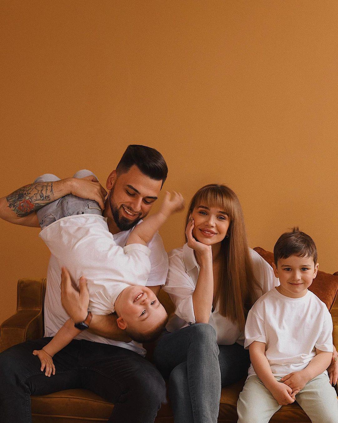 Саша Пустовіт з чоловіком та дітьми / © instagram.com/sashaabo