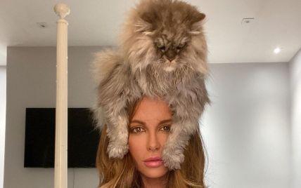 Кейт Бекінсейл насмішила фото, де кіт з нафарбованими нігтями осідлав її голову