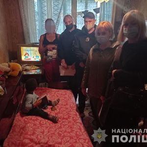 """Трясла и била """"в воспитательных целях"""": в Харькове наказали женщину, которая на улице избила 1,5-летнего сына"""