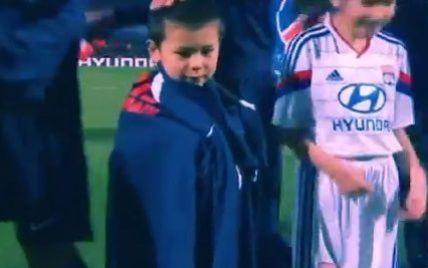 Футболіст ПСЖ віддав светр хлопчику, який змерз перед матчем чемпіонату Франції