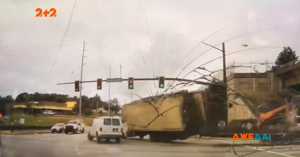 В Атланте грузовик потерял тормоза перед живым перекрестком